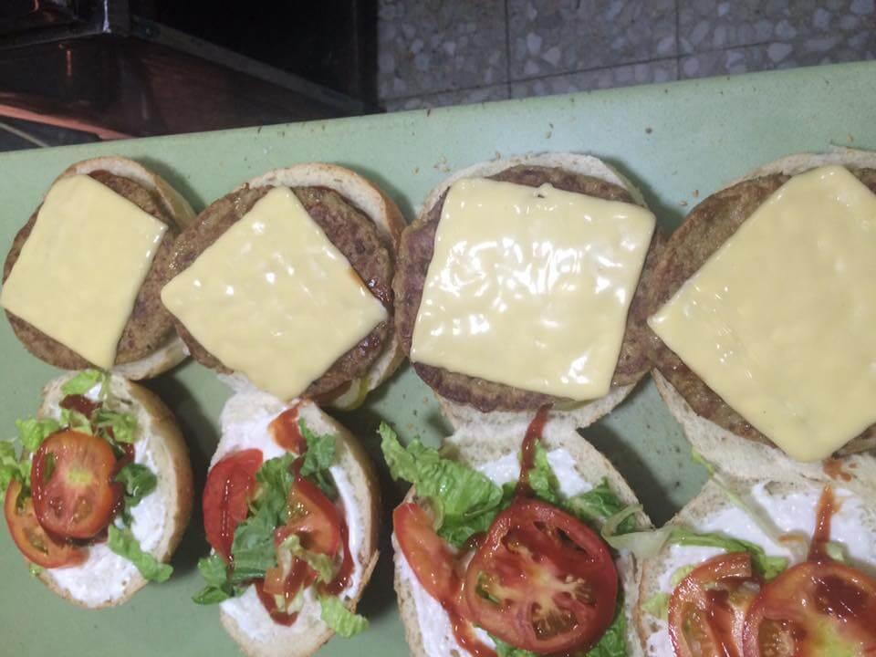 برغر بالجبنة