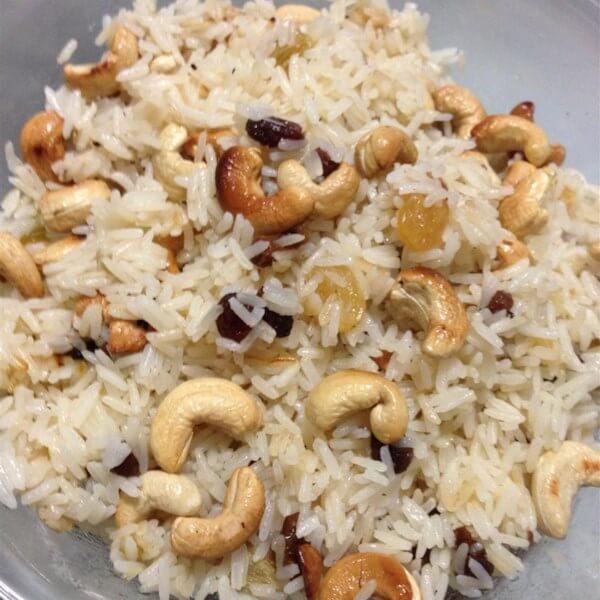 صحن أرز بالمكسرات والزبيب