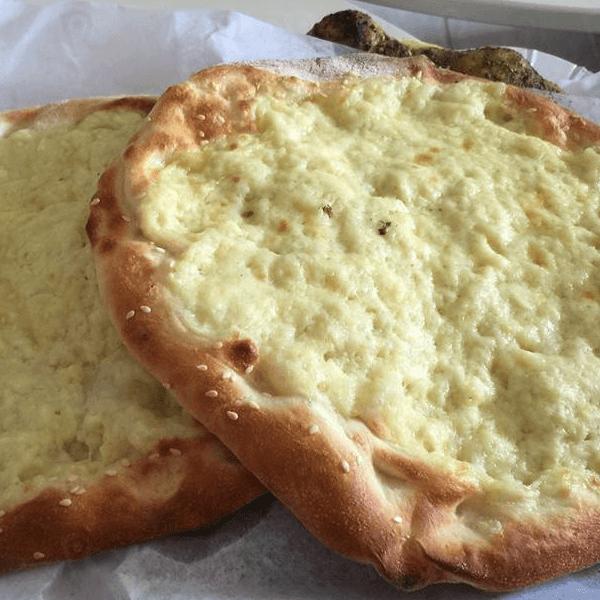 جبنة بيضاء مع جبنة صفراء
