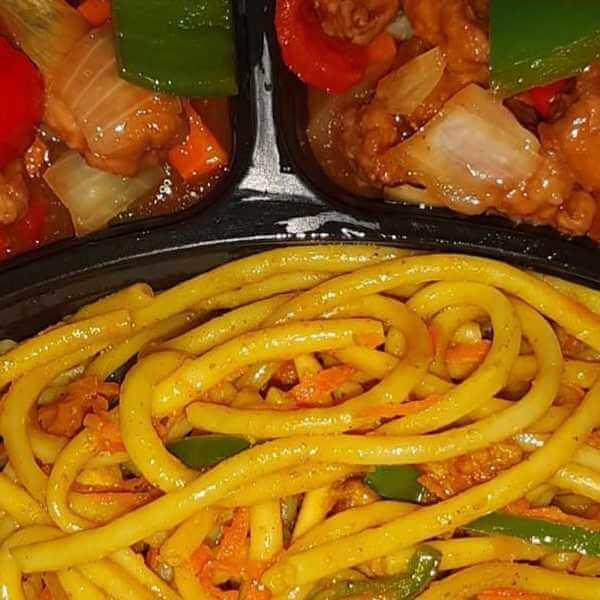 كومبو دجاج (قطع دجاج مقلي - فلفل اخضر - جزر - بصل - صوص الشاينيز المميز) يقدم مع الارز او النودلز