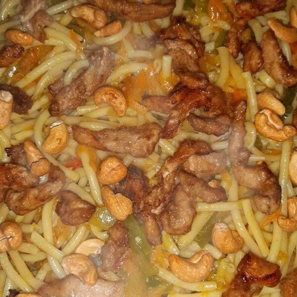 نودلز بالدجاج والخضار ( قطع من الدجاج - جزر - فلفل اخضر - ثوم - صويا صوص -ذرة)