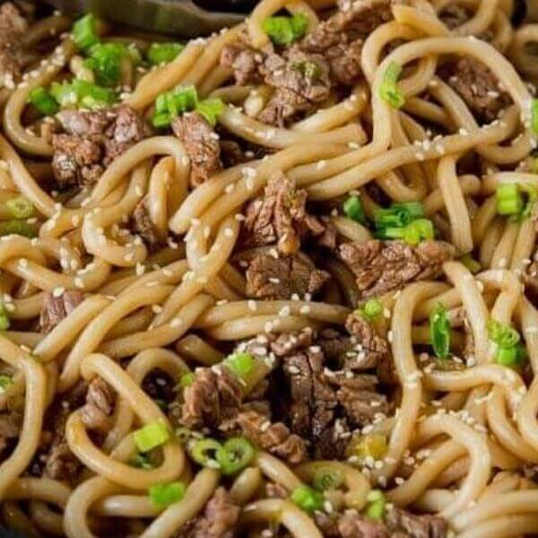 Noodles with meat and vegetables (Slices of meat - carrots - green pepper - garlic - soy sauce)