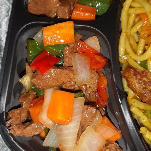 Meat combo(Grilled beef slices - green pepper - carrot - onion - special Chinese sauce) served with rice or noodles