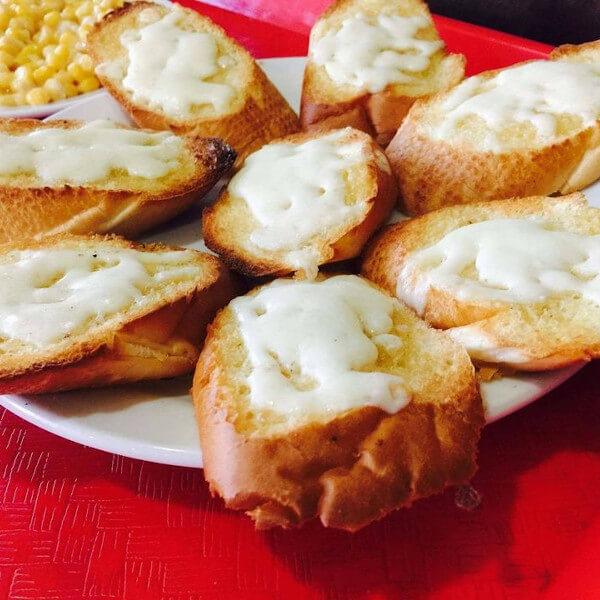 خبز ثوم 8 قطع بالجبنة