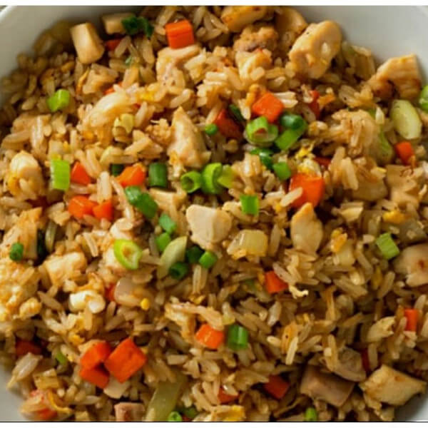 Fried rice with chicken (rice - chicken - peas - carrots - green onions - soy sauce)