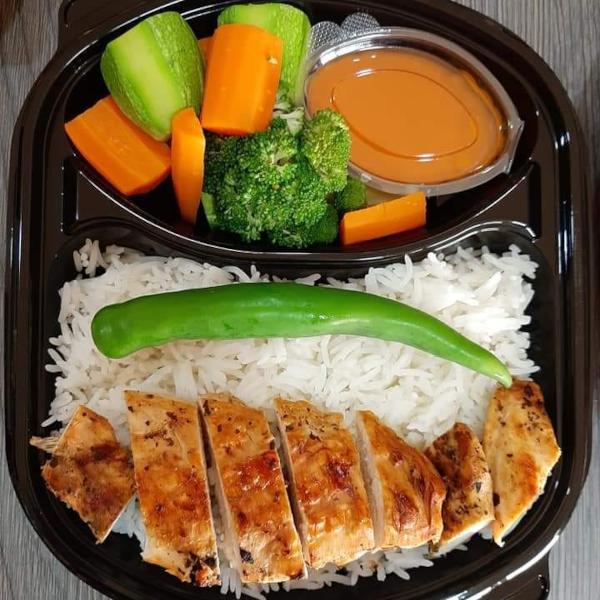 وجبة ستيك دجاج مع خضار و أرز